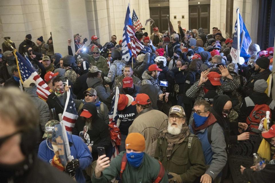 Hundredvis af tilhængere af præsident Donald Trump trængte onsdag ind i Kongressen i Washington D.C.