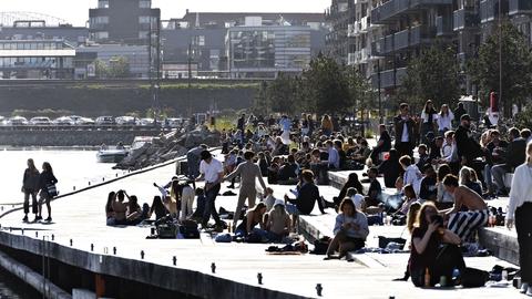 Københavnere nyder det varme forårsvejr trods covid-19 på Sandkaj i Nordhavnen i København fredag den 24. april 2020. (Foto: Philip Davali/Ritzau Scanpix)