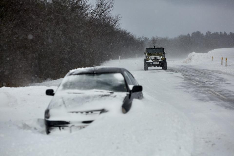Det voldsomme snevejr på Bornholm har givet myndighederne kamp til stregen.