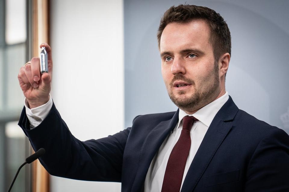 Erhvervsminister Simon Kollerup (S) ventes tirsdag formiddag at præsentere en samlet aftale, der skal begrænse salg af lattergas til særligt unge mennesker. (Arkivfoto).