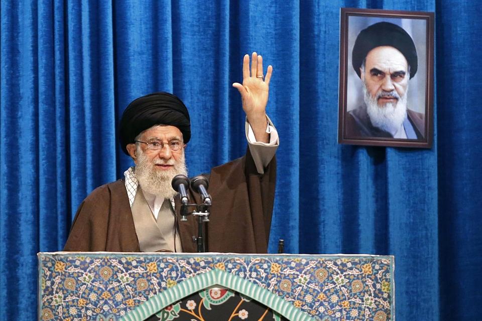 Ayatollah Ali Khamenei leder for første gang i otte år fredagsbønnen i Irans hovedstad. Her sagde han, at Irans nedskydning af et fly med 176 passagerer - der alle døde - ikke måtte skygge for drabet på Soleimani. (Foto: AFP/Ritzau Scanpix)