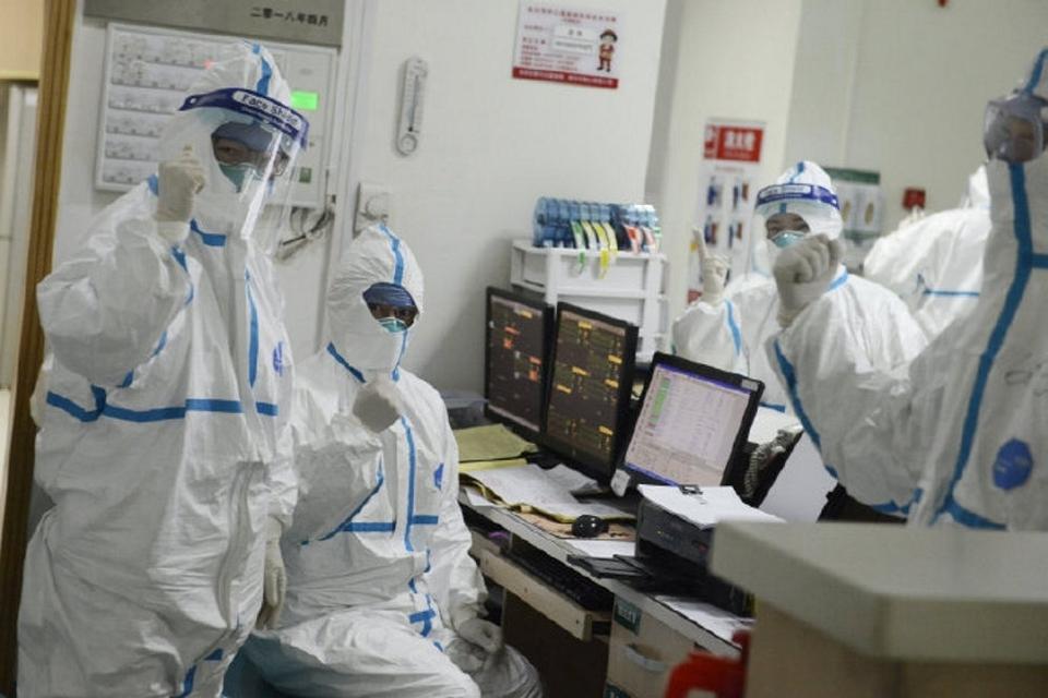 På et hospital i den kinesiske millionby Wuhan tages alle forholdsregler i brug, når patienter med den frygtede corona-virus behandles. Virusset har foreløbig spredt sig til syv lande. (arkivfoto).