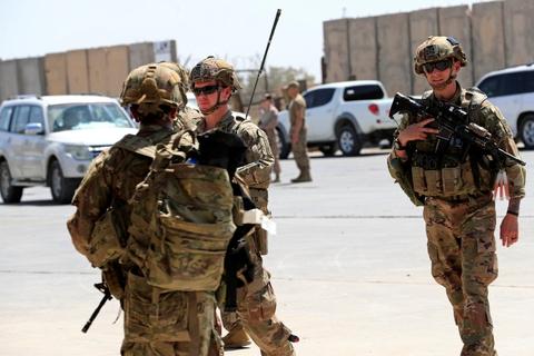 """Præsident Donald Trump har før sagt, at han vil afslutte USA's """"endeløse krige"""". De kommende dage ventes han at annoncere tilbagetrækning af en del af de amerikanske styrker i Irak og Afghanistan. Foto er fra en ceremoni 23. august i Irak, da militærbasen Taji blev overdraget til irakiske sikkerhedsstyrker af USA."""