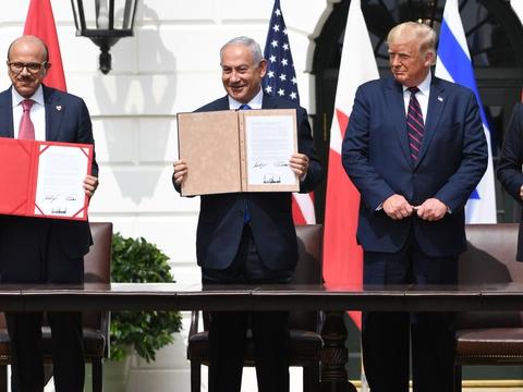 De såkaldte Abraham-aftaler blev tirsdag underskrevet ved en ceremoni udenfor Det Hvide Hus. Aftalerne normaliserer forbindelserne mellem Israel og to arabiske lande - Bahrain og De Forenede Arabiske Emirater. Fra venstre: Bahrains udenrigsminister, Abdullatif al-Zayani, Israels premierminister, Benjamin Netanyahu, USA's præsident, Donald Trump, og De Forenede Arabiske Emiraters udenrigsminister, Abdullah bin Zayed Al-Nahyan.
