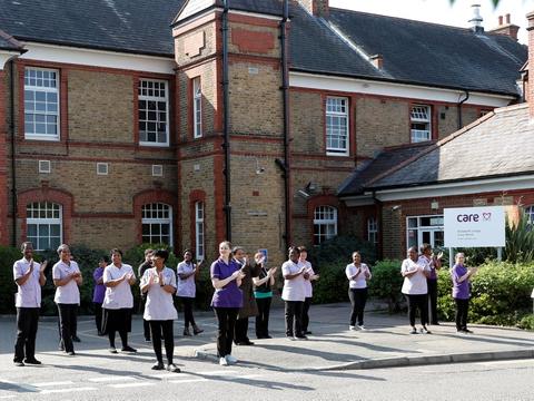 Ansatte på plejehjemmet  Elizabeth Lodge Care Home i London får bifald fra fremmødte pårørende. Men mange plejehjem i landet kritiseres. Antallet af døde med coronavirus på britiske plejehjem passerede 10.000 den 8. maj, viser officiel opgørelse. Tallaet kan være langt højere ifølge britiske medier.
