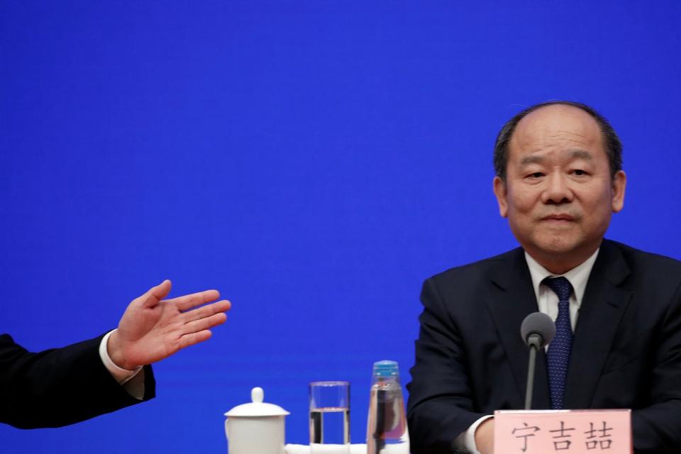 Ning Jizhe, formanden for Kinas statistiske bureau, NBS, siger på et pressemøde natten til fredag dansk tid, at Kinas økonomi generelt opretholdt et stabilt vækstmomentum i 2019. (Arkivfoto)