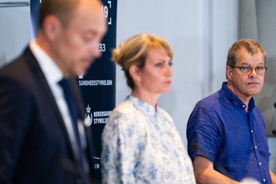 Faglig direktør hos Statens Serum Institut Kåre Mølbak (th.) sagde mandag, at smitten er stigende. Det bliver gentaget tirsdag forud for, at Folketingets partier onsdag skal forhandle fortsat genåbning.