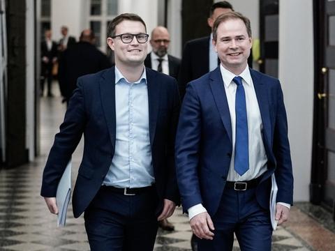 Christian Rabjerg Madsen, der er finansordfører for Socialdemokratiet og ses til venstre i billedet, støtter ikke Venstres finanslovsudspil med store skattelettelser. Her går han sammen med finansminister Nicolai Wammen (S). (Arkivfoto)