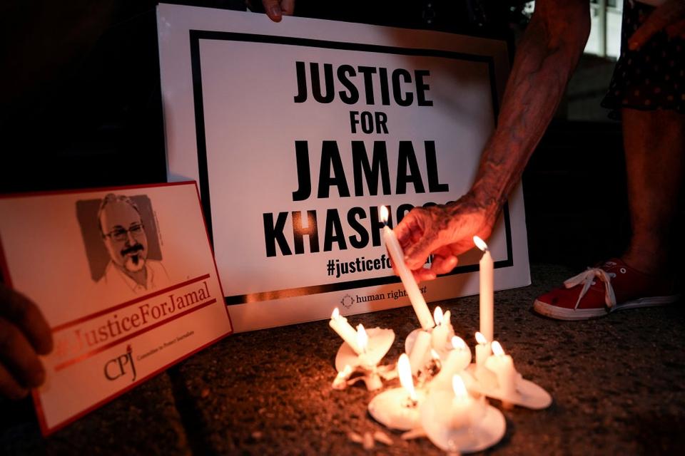 På den første årsdag for drabet på Khashoggi blev der tændt lys foran blandt andet den saudiarabiske ambassade i Washington.