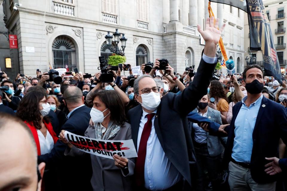 Cataloniens separatistleder, Quim Torra, vinker til tilhængere uden for Spaniens højesteret, som mandag suspenderede ham fra sit embede for ulydighed.