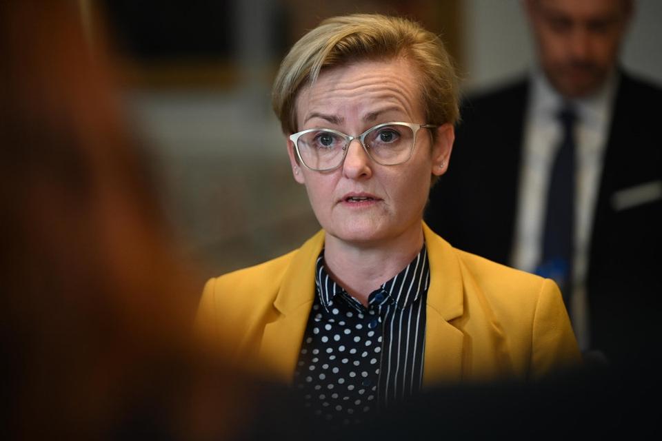 Børne– og undervisningsminister Pernille Rosenkrantz–Theil (S) glæder sig over, at nogle afgangselever fra mandag kan vende tilbage til skolerne.