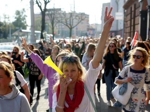 """En gruppe kvindelige demonstranter råbte under nye aktioner i Minsk lærdag Vores præsident er Sveta"""" - en henvisning til oppositionspolitikeren Svetlana Tikhanovskaja, som demokratibevægelsen anser for at være valgets retmæssige vinder."""