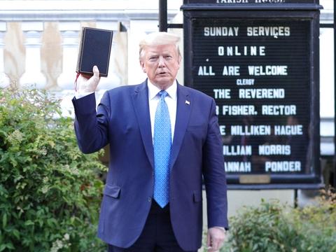 Præsident Donald Trump poserede mandag med en bibel i hånden for pressen foran St. John's Episcopal Church i Washington D.C. (Foto: Tom Brenner/Reuters/Ritzau Scanpix)