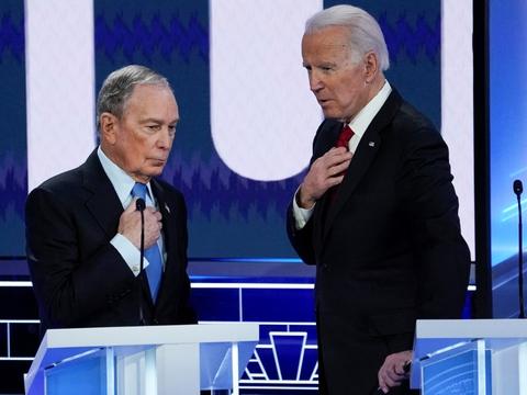 Bloomberg (t.v.) og Biden (t.h.) taler sammen under en debat for Demokraternes kandidater i februar (Arkivfoto).