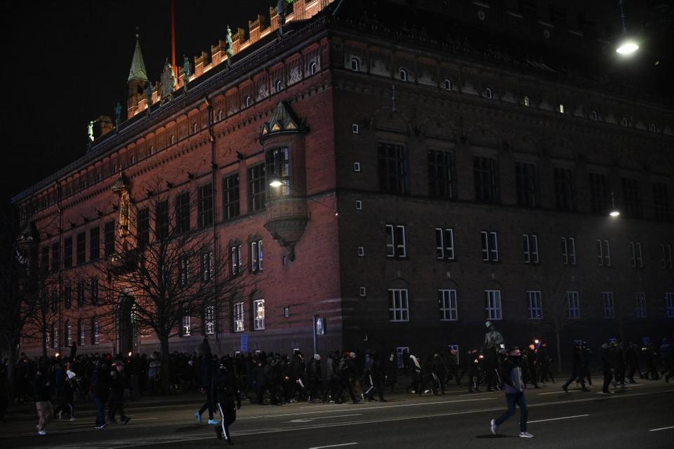 Der afholdes lørdag aften demonstration ved Rådhuspladsen i København. To personer er anholdt.