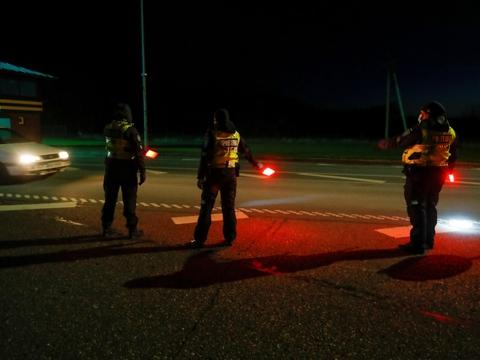 Estisk politi guidede borgere over grænsen til Letland ved midnatstid, da grænserne åbnede.