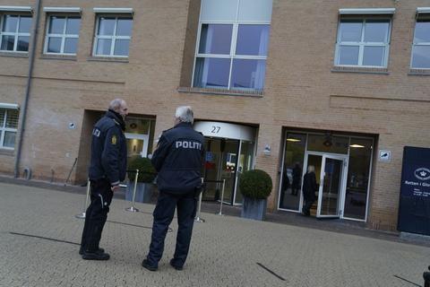 Drabsdømte Peter Madsen fremstilles efter tirsdagens flugt fra Herstedvester Fængsel i grundlovsforhør ved Retten i Glostrup onsdag formiddag. Her erkender han både flugten og trusler mod fængselspersonale og politifolk.