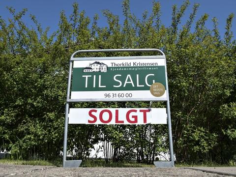 Salgspriserne på villaer og rækkehuse faldt i marts, viser tal fra Boligsiden. (Arkivfoto)