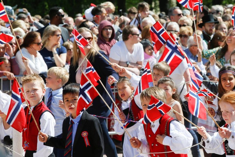 Norges nationaldag 17. maj er en officiel flag- og helligdag for den norske befolkning. Mange iklæder sig traditionelle klædedragter. (Arkivfoto)