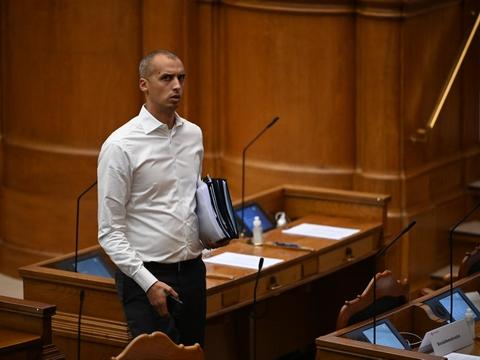 En ny juridisk analyse klarlægger udfordringerne med omdiskuteret S-mål om asylbehandling uden for EU. Mattias Tesfaye (S) tager dog positivt imod den. (Arkivfoto)