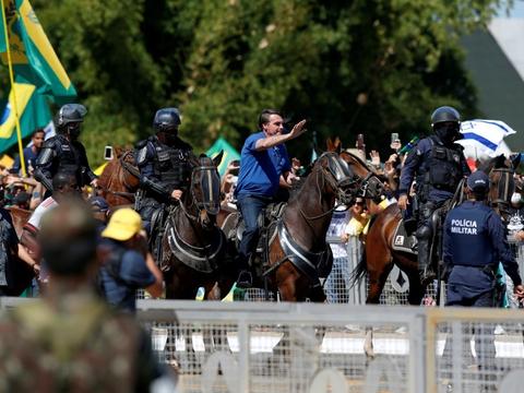 Brasiliens præsident, Jair Bolsonaro (ridende på hest), har flere gange trods det stigende smitte- og dødstal offentligt kritiseret de brasilianske delstaters nedlukninger af samfundet.
