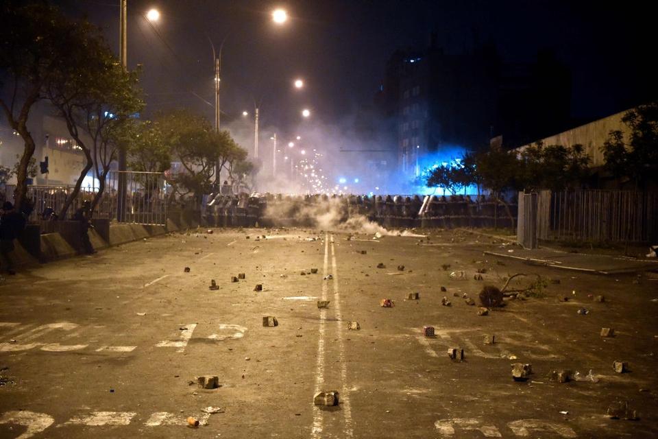 Kampklædt politi stod lørdag aften på række i hovedstaden Lima, hvor der var sammenstød mellem ordensmagten og tilhængere af den afsatte præsident, Martín Vizcarra. Nu er kongressens formand, Manuel Merino, trådt tilbage som fungerende præsident.