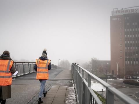 Folk fra Styrelsen For Patientsikkerhed går rundt omkring Ishøj Centret, onsdag den 17. februar 2021. Covid-19 smittetrykket er højt i Ishøj, i forhold til resten af landet. (Arkivfoto)