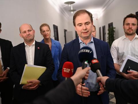 Finansminister Nicolai Wammen (S) præsenterer aftale om ny økonomisk corona-sommerpakke og udfasning af hjælpepakker natten til mandag.