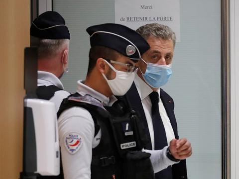 Den tidligere franske præsident Nicolas Sarkozy forlader retssalen i Paris, efter at sagen mandag blev midlertidigt udskudt på grund af bekymring for en medtiltalts helbred.