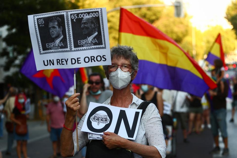"""I de seneste uger har spanierne demonstreret mod den påståede korruption, den tidligere konge Juan Carlos er anklaget for at være involveret i. """"En konge af guld"""", lyder det på skiltet."""