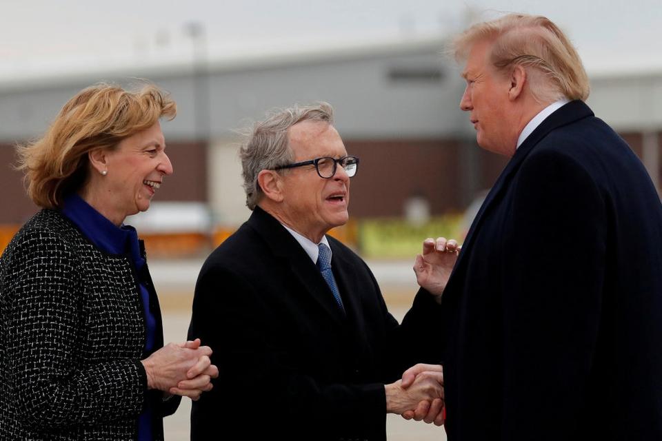 Ohios guvernør, Mike DeWine (i midten), oplyser torsdag, at han er blevet testet positiv for covid-19 i forbindelse med en sikkerhedsscreening før et møde med præsident Donald Trump. (Arkivfoto)