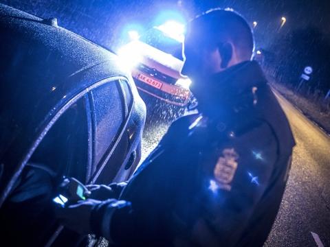 En 21-årig mand blev blandt andet sigtet for narko- og spirituskørsel efter at have kørt i den forkerte retning på Vestmotorvejen på Midtsjælland natten til lørdag. (Arkivfoto)