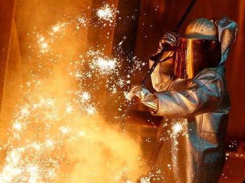 Tysklands økonomi ventes i år at trække sig sammen med mellem seks og syv procent. Det vurderer den tyske regerings økonomiske rådgivere i ny prognose. Arkivfoto er fra en ThyssenKrupp-stålfabrik i Duisburg.
