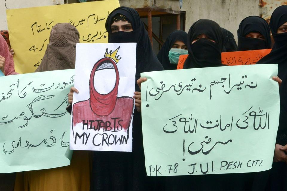 Det er ikke selve tørklædet der betyder noget, men derimod betyder det noget hvad tørklædet symboliserer, skriver Michael Andersen. Billedet her er fra Pakistan, hvor demonstranter klædt i forskellig muslimsk påklædning i anledning af Kvindernes Kampdag gik på gaden. (Foto: Abdul Majeed/AFP/Ritzau Scanpix)