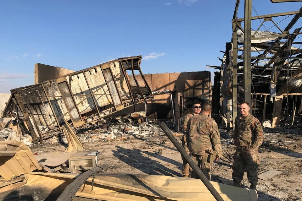 Amerikanske soldater ved Al-Asad luftbasen i Irak efter det iranske missilangreb. Den seneste melding fra Pentagon er, at 34 soldater er blevet diagnosticeret hovedskader fra hjernerystelser til traumatiske hjerneskader efter missilangrebet. (Arkivfoto).