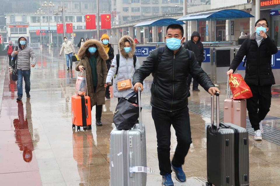 Smitte med coronavirusset skal inddæmmes, og derfor har 18 byer i Kina indført særlige restriktioner på forskellige transportformer. Desuden indføres der et nationalt tiltag for hurtigere at opdage smittede. På billedet ses rejsende ved Changsha togstationen i Hunan-provinsen.