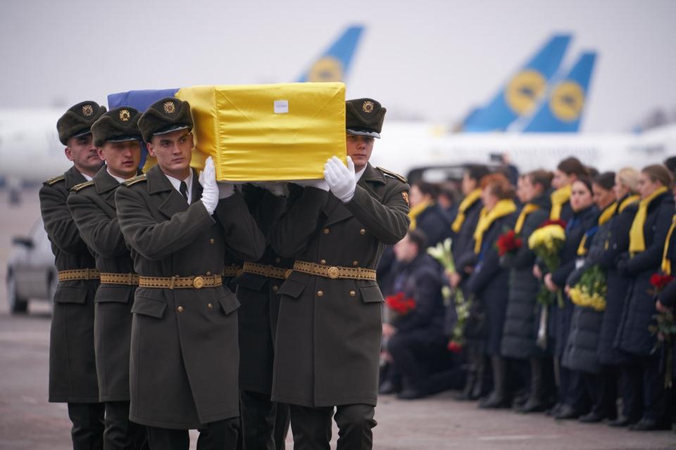 Soldater fra Ukraines Æresgarde tog søndag imid kister med omkomne ukrainere i Kijev fra nedskudt fly. Irans civile flymyndigheder siger tirsdag, at to missiler ved et uheld nedskød et ukrainsk passagerfly den 8. januar.