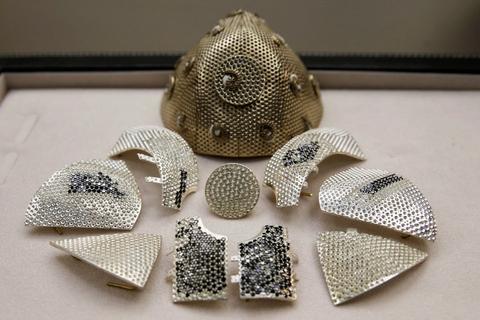 Mundbindet af det israelske smykkefirma Yvel er lavet af 18 karat guld og belagt med 3600 sorte og hvide diamanter. Prisen for det er 1,5 millioner dollar svarende til omkring 9,4 millioner kroner.