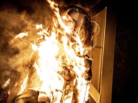 Under demonstrationen lørdag blev der sat ild til en mannequindukke med et billede af statsminister Mette Frederiksen klistret i ansigtet.