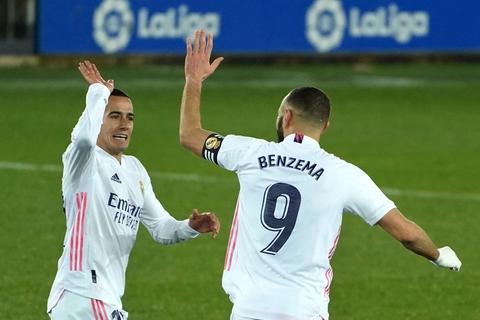 Karim Benzema fejrer sin anden scoring mod Alaves sammen med Lucas Vazquez.