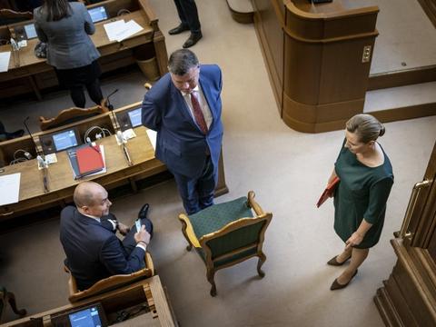 Manglende lovhjemmel i minksagen presser regeringen. I særdeleshed fødevareminister Mogens Jensen (i midten, red,) og statsminister Mette Frederiksen. (Arkivfoto)