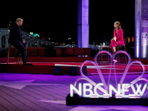 NBC-værten Savannah Guthrie får på sociale medier ros for sit interview med præsident Donald Trump natten til fredag dansk tid.