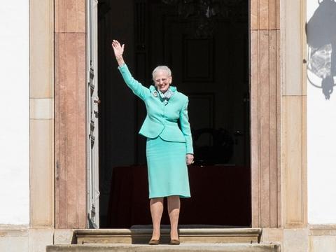Dronning Margrethe vinker til de mange der er mødt op foran Fredensborg Slot, torsdag den 16. april 2020. (Foto: Ólafur Steinar Gestsson/Ritzau Scanpix)