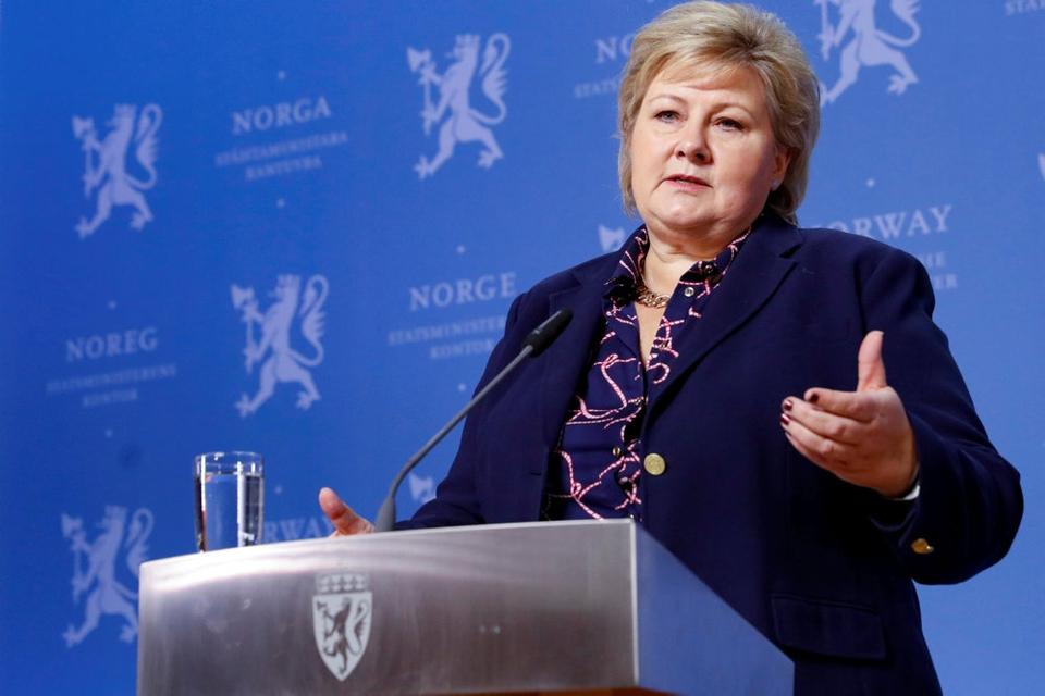 Norges konservative statsminister, Erna Solberg, mødes tirsdag med ledere fra de to andre koalitionspartier, Venstre og Kristelig Folkeparti (KrF), for at besætte syv ministerposter. Det sker, efter at Fremskrittspartiet er trådt ud af regeringen.