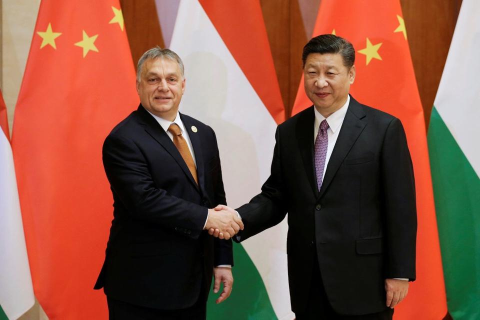 Ungarns premierminister, Viktor Orban, trykker hånd med Kinas leder, Xi Jinping, under mødet Belt and Road Forum i Beijing i maj 2017. Ungarn er et af de EU-lande, der har modtaget store lån til det kinesiskse silkevejsprojekt, og som er modstander af, at EU i samlet flok kritiserer Kina.