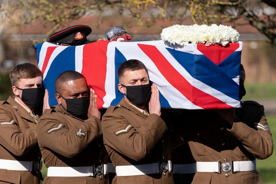 Seks soldater  fra Yorkshire-regimentet, som  har afløst det regiment, hvor Moore gjorde tjeneste under Anden Verdenskrig, bar båren, som var indsvøbt i Union Jack. Moores militære kasket og hans sværd lå på kisten. 14 soldater affyrede en æressalut.