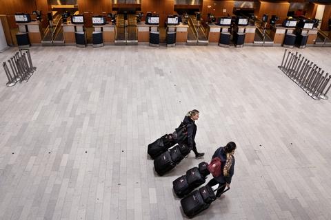 Der er meget langt mellem passagererne i Københavns Lufthavn i Kastrup under coronakrisen. (Arkivfoto).