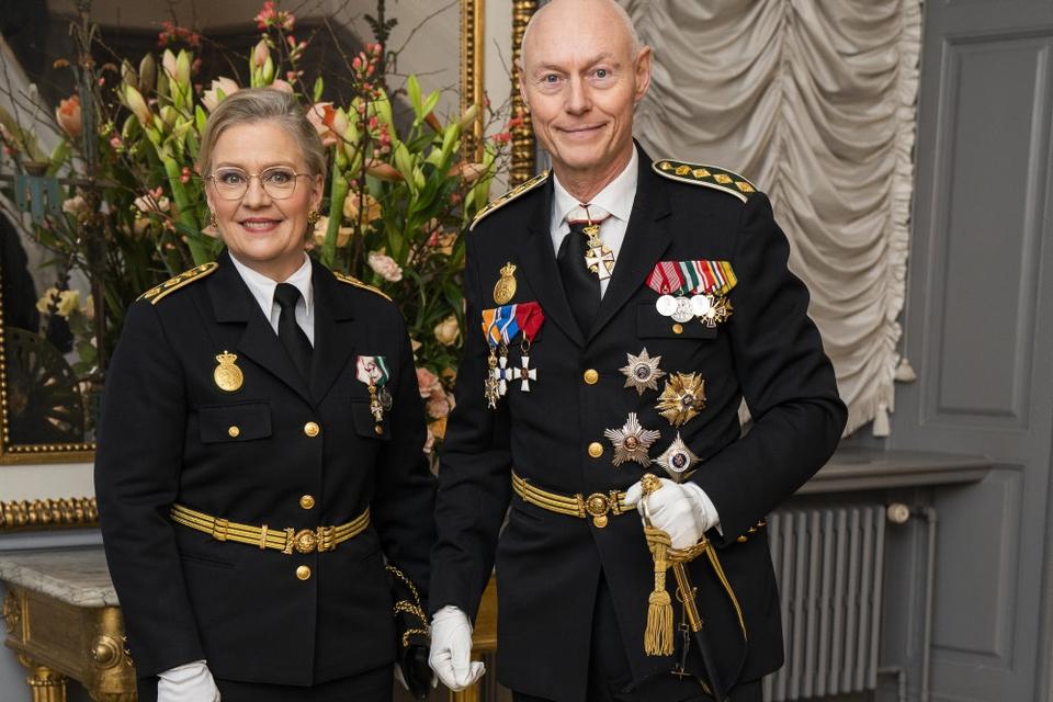 Rigspolitichef Hens Henrik Højbjerg, der her ses med Københavns politidirektør, Anne Tønnes, til årets nytårskur hos dronningen, varsler nedskæringer i Rigspolitiet i løbet af 2020.
