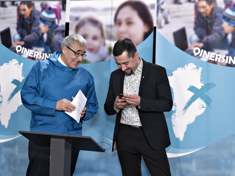 Muté B. Egede (til højre) har taget Naleraq - og formand Hans Enoksen (til venstre) - med i regeringen i Grønland. (Arkivfoto)