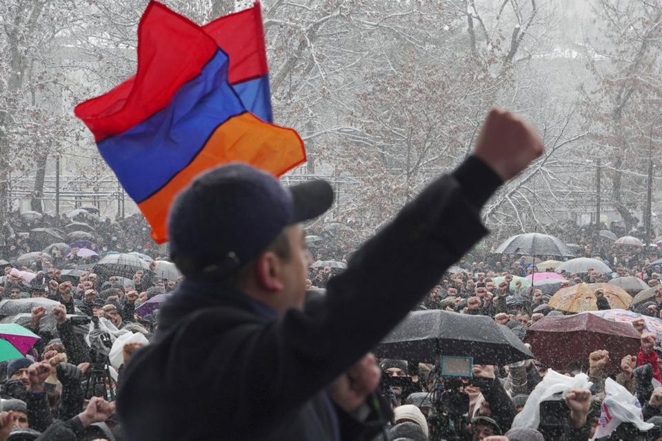 De interne spændinger er vokset i Armenien, siden landet sidste år blev taber i en kortvarig, men blodig krig mod nabolandet Aserbajdsjan om retten til enklaven Nagorno-Karabakh. Her fra en demonstration i i hovedstaden Jerevan lørdag, hvor kravet om premierminister Nikol Pashinyans afgang lød.